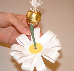 Букет ромашек из конфет своими руками
