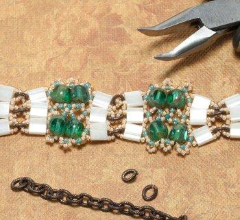Оригинальный браслет из бисера