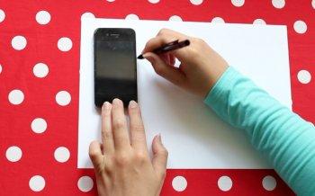 Яркий чехол для смартфона своими руками